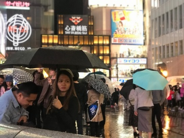 Osaka-dotonbori-lluvia-retrato