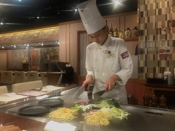 osaka-dotonbori-okonomiyaki-show-cooking