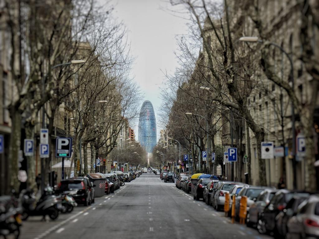Barcelona torre Agbar, aquella ciudad, poema de Marc J. Mellado